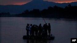 10일 중남미 출신 이민자들이 과테말라와 멕시코를 가르는 수치아테 강을 건너고 있다.