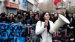 Jóvenes se manifiestan en París, el viernes 7 de diciembre de 2018.