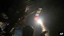 Manuari ya jeshi la majini la Marekani USS Ross ikifyetua kombora la Tomahawk kuelekea Syria Ijuma 7, 2017