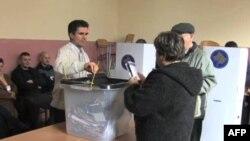 Glasačko mesto na Kosovu (arhivski snimak)