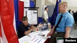 """Američki ratni veteran prikuplja informacije o mogućim radnim mestima na sajmu zapošljavanja nazvanom """"Zaposlite naše heroje"""" u gradu sendi u Juti, 25. marta 2014."""