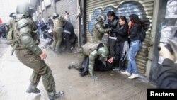 Cảnh sát chống bạo động dùng vòi rồng để giải tán một cuộc biểu tình phản đối buổi trình chiếu bộ phim về nhà độc tài cánh hữu Pinochet