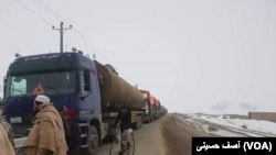 رانندگان ادعا می کنند که نیرو های امنیتی، طالبان و مسوولین وزارت فوائد عامه همه از آنان در مسیر شاهرای کابل تا هرات باج گیری می کنند