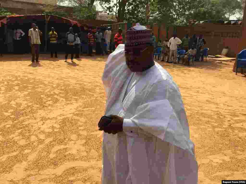 L'opposant Séini Oumarou arrivant au siège de son parti le MSND, Niamey le 16 mars 2016. (VOA/Bagassi Koura)