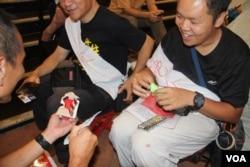 2019年7月3日,有路人送給香港絕食者陳凱興避暑用品 (美國之音記者申華拍攝)