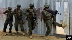 ທະຫານໂຊມາເລຍ ກຳລັງຊອກຫາ ພວກນັກລົບ al-Shabaab ຢູ່ຕາມບ້ານເຮຶອນ.