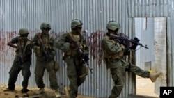 Des soldats somaliens à la poursuite de militants shebab à Ealsha Biyaha, Somalie, le 2 juin 2012.