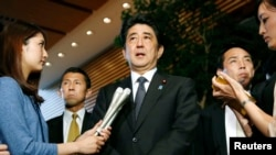 28일 아베 신조 일본 총리가 도쿄에서 기자회견을 열고 북-일 국장급 회담 결과를 발표하고 있다.