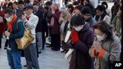 Gradjani Japana se mole za žrtve cunamija, Tokio 11. mart 2015.