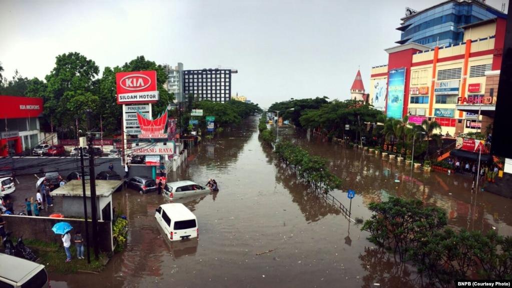 bandung terendam banjir 1 tewas rh voaindonesia com