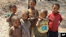 Angola: Manuais escolares vendidos no mercado negro