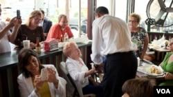 El presidente Obama enfatizó sobre la importancia de ayudar a los pequeños negociantes, aquí está en una panaderia en New Orleans.