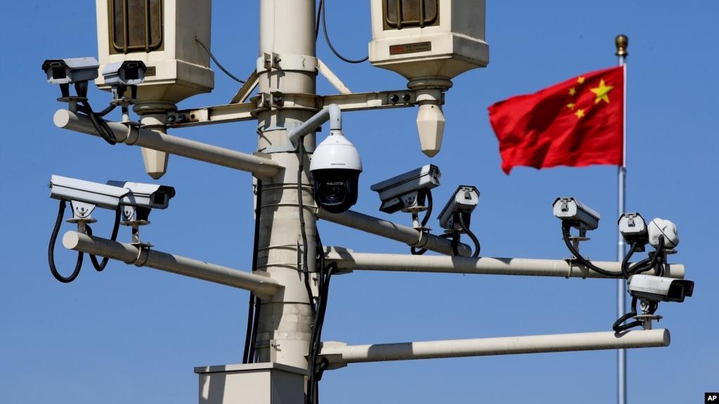 资料照:北京天安门广场的监控摄像头和中国国旗(2019年3月15日)
