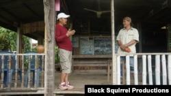 លោក Chaiwat Parakoon (ឆ្វេង) និយាយជាមួយលោក Sudta Insamran និងអ្នកនេសាទពីក្រុម Love Mekong នៅក្នុងខេត្ត Nong Khai ប្រទេសថៃ។ (រូបភាពផ្តល់ដោយ Black Squirrel Productions)