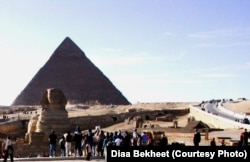 FILE - Tourists are gathering around the Sphinx, which guards the Great Pyramid of King Cheops, home of the ancient wooden solar boat, at the Giza necropolis just outside Cairo, Egypt. (photo: Diaa Bekheet)