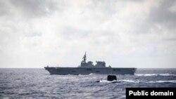 필리핀 해상에서 미-일-프 합동 반잠수함 연합훈련을 실시중인 프랑스 해군 핵추진 잠수함 에마라드호와 일본 해상자위대 헬리콥터 탑재 구축함 휴가호. 사진=국방부.