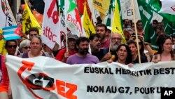 Une manifestation contre la tenue du sommet du G7 à Biarritz, dans le sud-ouest de la France, le 13 juillet 2019.
