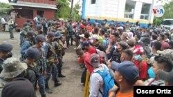 Inmigrantes indocumentados centroamericanos son retenidos cuando intentaban cruzar la frontera a Guatemala, en su intento por llegar a Estados Unidos. [Foto: Oscar Ortiz/VOA].