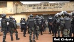Forces de police devant la prison centrale de Yaoundé au Cameroun le 23 juillet 2019.