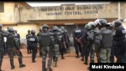 Déploiement de la police à la prison de Kondengui à, Yaoundé, Cameroun, le 23 juillet 2019. (VOA/Kindzeka)