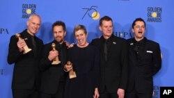 بہترین فلم کا ایوارڈ جیتنے والی 'تھری بل بورڈز کی کاسٹ اپنے ایوارڈز کے ساتھ