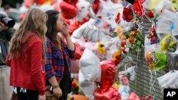 Residentes de Marysville dejaron ofrendas para recordar a las víctimas del tiroteo en la escuela en el estado de Washington.