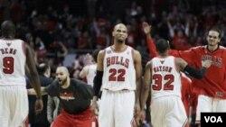 Para pemain Chicago Bulls (ki-ka) Luol Deng, Carlos Boozer, Taj Gibson, C.J. Watson dan Joakim Noah merayakan keunggulan tim mereka atas Miami Heat di game 1 final Wilayah Timur NBA hari Minggu (15/5).