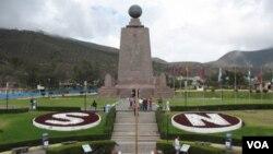 南美厄瓜多尔首都基多附近的赤道纪念碑 (美国之音申华拍摄)