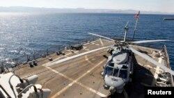 """资料照:一架SH-60海鹰直升机停在导弹驱逐舰""""斯托克代尔""""号驱逐舰的甲板上。该舰在参加""""热切雄狮""""演习期间访问约旦亚喀巴市。(2013年6月17日)"""
