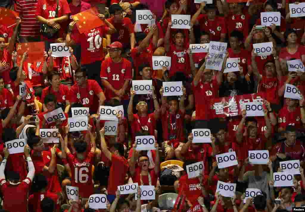 អ្នកគាំទ្រក្រុមកីឡាករមកពីហុងកុងលើស្លាកដែលសរសេរថា «boo» នៅក្នុងការប្រកួតបាល់ទាត់ដើម្បីទៅប្រកួតយកពាន World Cup ឆ្នាំ២០១៨ ដែលនេះជាការប្រកួតរវាងហុងកុង និងចិន និងប្រព្រឹត្តទៅនៅហុងកុង។