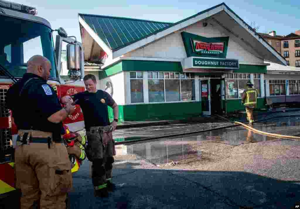 미국 농구선수였던 샤킬 오닐이 소유한 조지아주 아틀란타의 크리스피크림 도넛 가게에 발생한 화재를 소방관들이 진압했다.