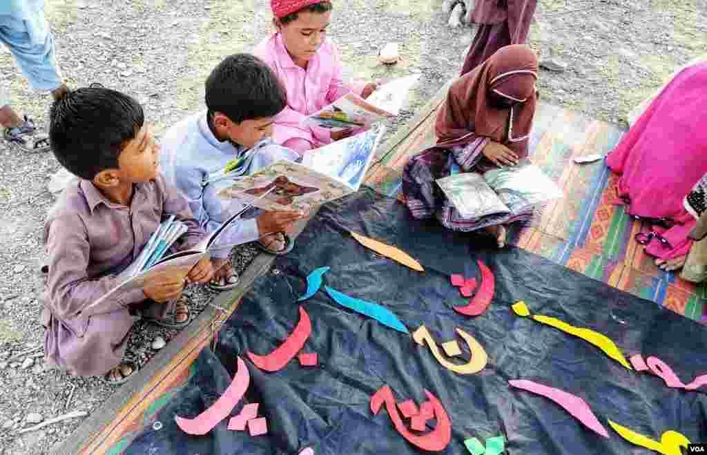 ملک کے سب سے پسماندہ صوبے بلوچستان میں اسکولوں کی کمی ہے۔ اس وجہ سے اس موبائل لائبریری کو علاقے میں بہت پذیرائی مل رہی ہے۔