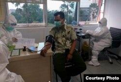 Pelaksanaan rapid test di salah satu rumah sakit di Surabaya (Foto: Humas Pemprov Jatim).