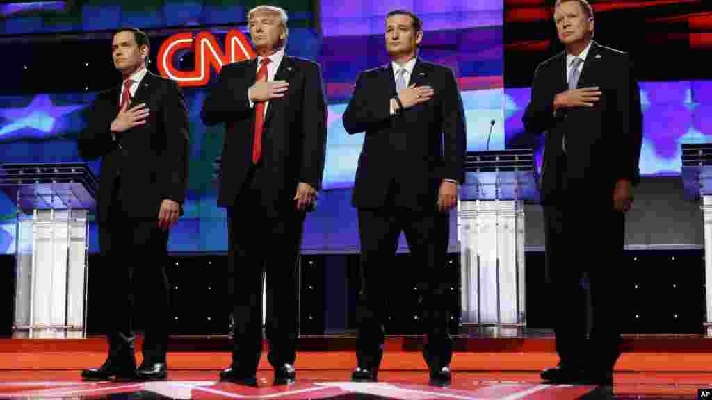 Les candidats présidentiels républicains, le sénateur Marco Rubio, le milionnaire Donald Trump, le sénateur Ted Cruz, et le gouverneur John Kasich, avant le début du débat présidentiel républicain à l'Université de Miami, le 10 mars 2016.