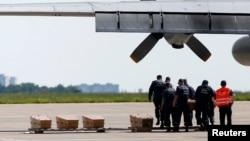 Peti-peti berisi jenazah para korban penembakan jatuh pesawat Malaysia Airlines MH17 di Ukraina yang akan diterbangkan ke Belanda dari bandara Kharkiv (22/7).