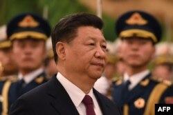 시진핑 중국 국가주석이 1일 베이징 인민대회당에서 열린 투포우 6세 통가 국왕 환영식에서 의장대를 사열하고 있다.