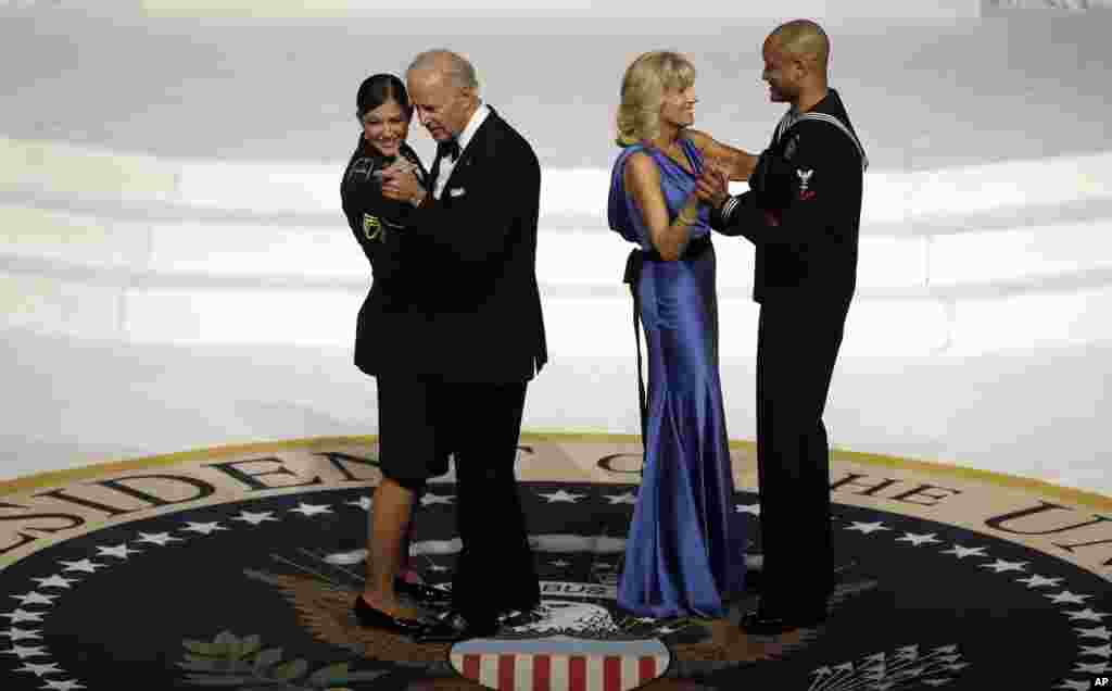 Potpredsjednik Joe Biden pleše s narednicom Keeshom Dentino, a Jill Biden s mornaričkim razvodnikom Patrickom Figuerom, na Inauguralnom balu Vrhovnog zapovjednika, 21. januara 2013.