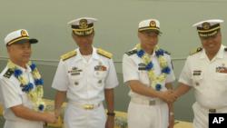 菲律宾海军官员与到访的中国海军军官握手(美联社视频截图2019年1月17日)