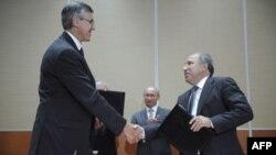Рукопожатие президента ExxonMobil Нила Даффина с исполнительным директором «Роснефть» Эдуардом Худайнатовым