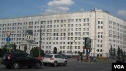 莫斯科市中心的俄罗斯国防部大楼。中国宣称9月份将在南中国海举行联合演习,但俄罗斯军方却对此保持保持沉默。(美国之音白桦拍摄)