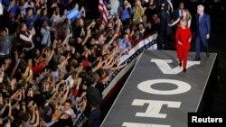 힐러리 클린턴 미국 민주당 대선후보가 8일 노스캐롤라이나주 롤리에서 열린 선거유세에 남편 빌 클린턴 전 대통령, 딸 첼시와 함께 입장하고 있다.