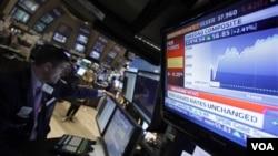 Operadores de mercado como Stephen Ruiz,en Nueva York, esperan por posibles anuncios de la Reserva Federal.
