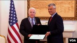 Predsednik Kosova Hašim Tači i američki senator Džon Mekejn