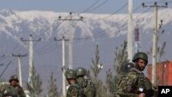 阿富汗士兵在騷亂過後巡邏。