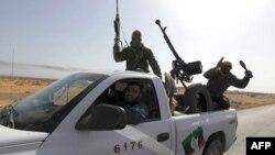 Libijski pobunjenici na putu od Bin Džavada ka Sirtu