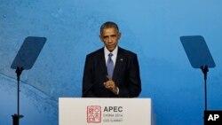 아시아태평양 경제협력체 APEC) 정상회의 참석 차 중국을 방문 중인 바락 오바마 미국 대통령이 10일 베이징에서 아태 지역 기업인들을 상대로 연설하고 있다.