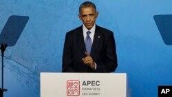 Presiden AS Barack Obama memberikan pidato kepada para pemimpin bisnis dalam KTT APEC di Beijing, Senin (10/11).