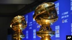 Patung-patung Golden Globe saat pengumuman nominasi penghargaan tahunan Golden Globe Awards ke-77 di Beverly Hilton Hotel, 9 Desember 2019.