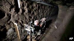 """Sebuah motor yang dipasang di rel terowongan di bawah rumah yang baru separuh dibangun di mana gembong narkoba Joaquin """"El Chapo"""" Guzman kabur dari penjara Altiplano yang dijaga super ketat di Almoloya, Mexico City barat, 14 Juli 2015 menurut pihak berwenang."""