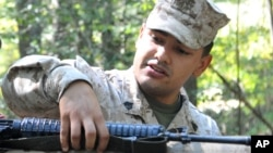 El sargento Eusebio López disparó a dos colegas, luego de atrincheró en un edificio de la Base Naval para luego quitarse la vida.